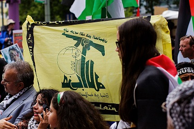 Na zdjęciu: Uczestnicy antyizraelskiego marszu w Dzień Al-Kuds machają flagami terrorystycznej grupy Hezbollahu 25 lipca 2014 r. w Berlinie w Niemczech (Zdjęcie: Carsten Koall/Getty Images)