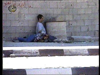 Muhammad al Durah, po tym, jak rzekomo był już martwy, spogląda w kierunku kamery w scenie przyciętej przez Enderlina.