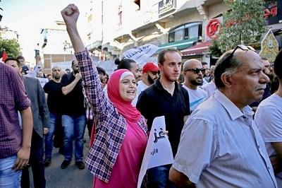 Palestyńczycy protestujący w Ramallah przeciwko rządowi.