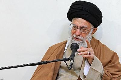 """Gdy tylko wysłano posłów prezydenta Bidena z pokłonami dla tyrana, ajatollah Ali Chamenei, duchowny kierujący teokratycznym reżimem, zakończył prawie cztery lata względnej samokontroli, rozdmuchując żar kilku konfliktów w gorące płomienie. Na zdjęciu: """"Najwyższy przewodnik"""" Iranu, ajatollah Ali Chamenei.(Źródło:Chamenei.ir/Wikimedia Commons)"""