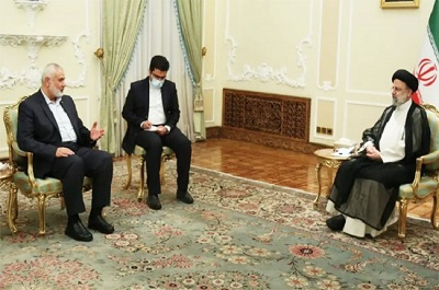 Przywódcy rozmaitych palestyńskich frakcji starają się o wsparcie Iranu dla ich dżihadu (świętej wojny) przeciwko Izraelowi. To znaczy, że Iran pod rządami nowego prezydenta, Ebrahima Raisiego, będzie kontynuował dostarczanie pomocy finansowej i militarnej palestyńskim grupom terrorystycznym w rządzonej przez Hamas Strefie Gazy. Na zdjęciu: przywódca Hamasu, Ismail Hanija (pierwszy z lewej) na spotkaniu z Raisim w Teheranie, 7 sierpnia 2021. (Źródło: Teheran on-line)