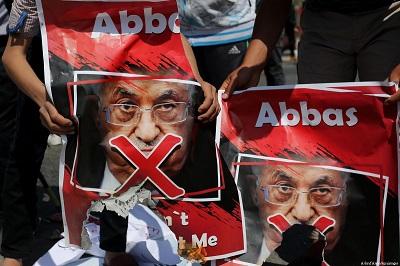 Palestinians carry posters depicting Palestinian President Mahmoud Abbas with a red cross during a protest against him in Gaza 22 March 2018 [Ashraf ANa zdjęciu: Palestyńczycy z plakatami ze zdjęciem Abbasa przekreślonym czerwonym. Gaza marzec 2018r. (Źródło: Ashref Amra)