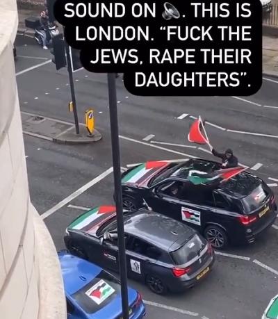 """Kawalkada samochodów w północnym Londynie 16 maja 2021, z powtarzanym przez megafon sloganem: """"Fack the Jews. Rape their daughters"""". Zrzut z ekranu wideo."""