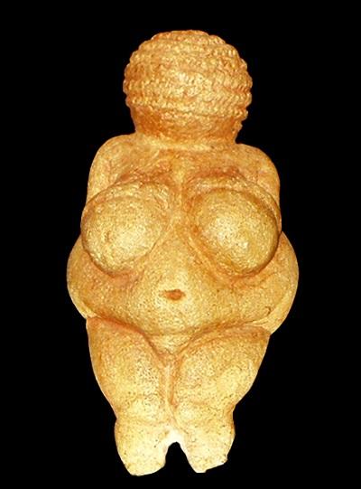 Wenus z Willendorfu– mierząca 11,1 cm figurka z epokigórnego paleolituprzedstawiająca postać kobiecą. Szacuje się, że ma ok. 30 tysięcy lat i że mogła mieć jakieś religijne znaczenie. Religie powstawały w społecznościach zbieracko-łowieckich, by stopniowo zmienić się w instytucje wspierające społeczeństwa większe niż klan.