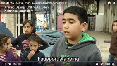 """Kolejne dziecko wyjaśnia, czego nauczyło się w szkole UNRWA<br /> w Jerozolimie [Kliknij, żeby zobaczyć film]Tekst na ekranie: """"Popieram dźganie nożami."""""""