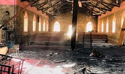 Odkąd islamskie natarcie w Nigerii zaczęło się na dobre w lipcu 2009 roku, ponad 60 000 chrześcijan zostało zamordowanych lub porwanych podczas najazdów.Uprowadzeni chrześcijanie nigdy nie wrócili do swoich domów, a ich bliscy uważają, że nie żyją.W tym samym czasie podpalono i zniszczono około 20 000 kościołów i szkół chrześcijańskich.Na zdjęciu: Islamscy ekstremiści spalili kościół w nigeryjskim mieścieGarkida, luty 2021r. Żródło: Facebook, autor anonimowy.