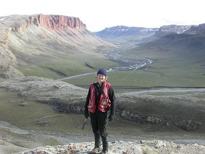 (Źródło): Elizabeth C. Turner, profesor geologii z Laurentian University, prowadzi geologiczne prace terenowe na północy wyspy Baffin Island w 2012 roku. (Zdjęcie z Laurentian University)