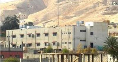 """Po majowej wizycie sekretarza stanu USA Antony'ego Blinkena w Ramallah (de factostolicy Autonomii Palestyńskiej), siły bezpieczeństwa A. P. aresztowały lub wezwały na przesłuchania dziesiątki Palestyńczyków. Palestyńska grupa """"Prawnicy na rzecz Sprawiedliwości"""" ujawniła, że zatrzymani byli bici i torturowani w palestyńskim więzieniu w Jerycho. (Na zdjęciu słynne palestyńskie więzienie w Jerycho.)"""