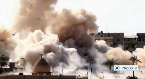 """Wysadzanie w powietrze budynku jako część operacji armii egipskiej usunięcia wszystkich budynków ze """"strefy buforowej"""" wzdłuż granicy Egiptu ze Strefą Gazy. (Z: PressTV zrzut z ekranu)"""
